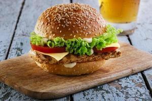 hamburgare med grillad kyckling och ost foto