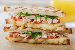 rostat brödsmörgåsgrill med kyckling och ost foto