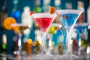 cocktail med isånga på baren foto