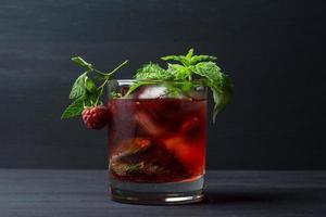 cocktail med hallon och mynta foto