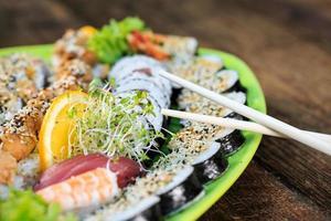 färsk sushi på nära håll foto