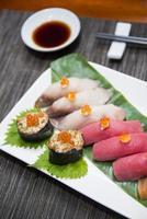 sushi ställer in japansk mat i restaurangen foto