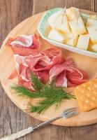 italiensk mat med melon och prosciutto foto