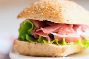 prosciutto smörgås på nära håll foto