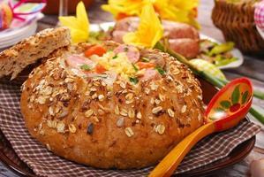 vit borscht i bröd för påsk foto