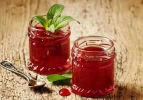läckra hemlagad jordgubbssylt i en burk, selektiv inriktning foto