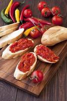 bulgarisk chutney med bröd foto