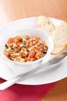 rostat bröd med tomater, riven ost och selleri foto