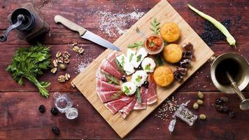 prosciutto, grädde, chutney, ost, majsbröd foto