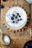 vegansk kokosnötchiafröpudding med blåbär foto