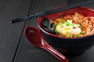 kryddig koreansk ramen med ägg