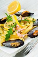 pasta med musslor, räkor och citron foto