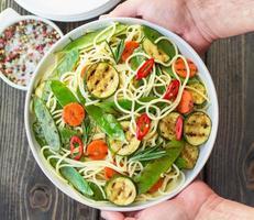 spaghetti och grillade grönsaker foto