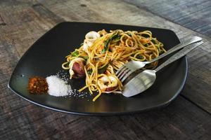 spaghetti med räkor, bläckfisk. foto