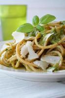 fullkornsspaghetti med pesto foto