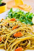 spaghetti med musslor kött och pesto foto