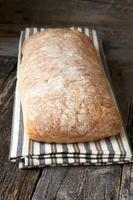 färskt bröd på träbordet foto
