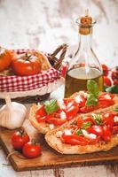 italiensk starter, bruschetta med siciliansk röd färsk tomat och m foto