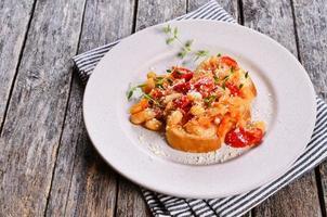 bruschetta med grönsaker och bönor foto