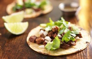 äkta mexikansk tacos med nötkött foto