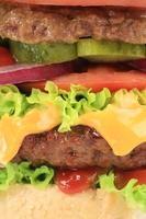 närbild av hamburgerskikt. foto