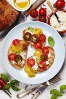 tomat- och basilika smörgåsar foto