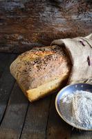 färskt bröd och vete på trä foto