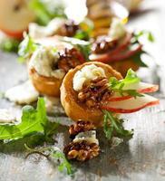 kanapéer med päron, valnötter, ädelost och rucola foto