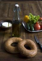 sesamringar på plattan med grönsaker olivolja och chesse foto