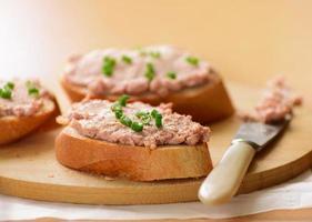 smörgåsar med köttpaté. foto