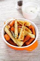 välsmakande morötter med rostade pastinätter foto
