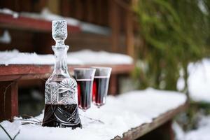 karaff och vinglas med rött vin foto