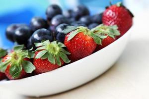 fruktsallad med jordgubbar och druva foto