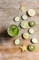 hälsosam grön smoothie. foto