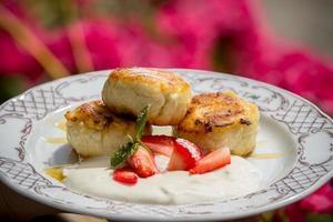 ostmassa med jordgubbar foto