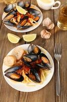 välsmakande nudlar med musslor på bordet, närbild foto