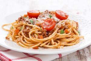 italiensk pasta - spaghetti bolognese på en tallrik foto