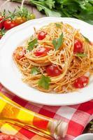 spaghettipasta med tomater och persilja foto