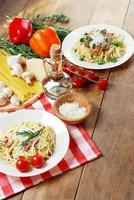 pasta carbonara på träbordet foto