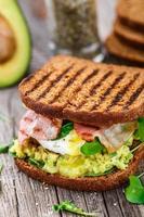 smörgås med avokado och tjuvjagat ägg foto