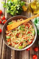 spaghetti med tomater och basilika