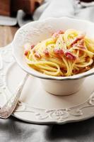 spaghetti carbonara med rött vin foto