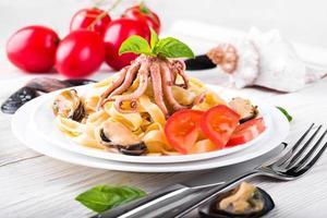 pasta med musslor och bläckfisk foto