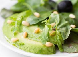 grön sallad med avokado foto