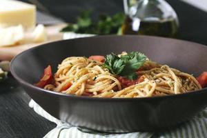 italiensk pasta med tomat foto