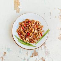 stekt ris med skaldjur. asiatisk mat. foto