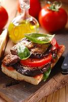 bröd med aubergine foto