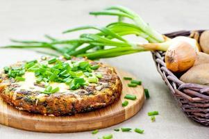 spansk tortilla med gräslök foto