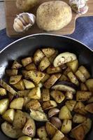 rostade potatisar med rosmarin och vitlök foto