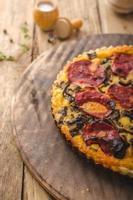 läcker quiche med chorizo, nötter och skarp ost foto